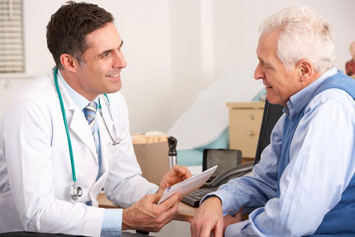 Viêm họng là một bệnh hô hấp ở người cao tuổi thường gặp