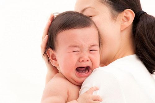 Đo nhiệt độ cho trẻ và giúp trẻ hạ sốt nếu trẻ sốt cao